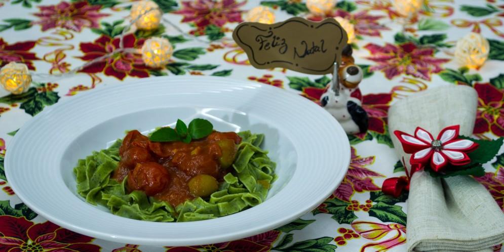 Talharim com espinafre ao molho de tomate